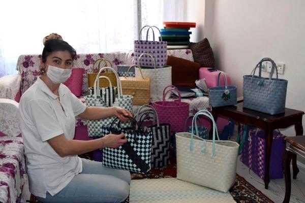 Evinde plastik şeritlerden çanta üretip 6 ülkeye satıyor