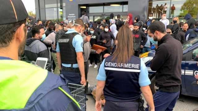 Fransa'da indirimli oyun konsolu izdihama neden oldu, polis gazla müdahale etti